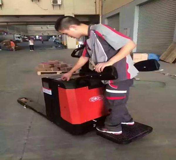 踏板式电动搬运车
